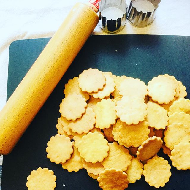 小麦粉、バター、たまご、きび砂糖だけで作っているクッキーです。