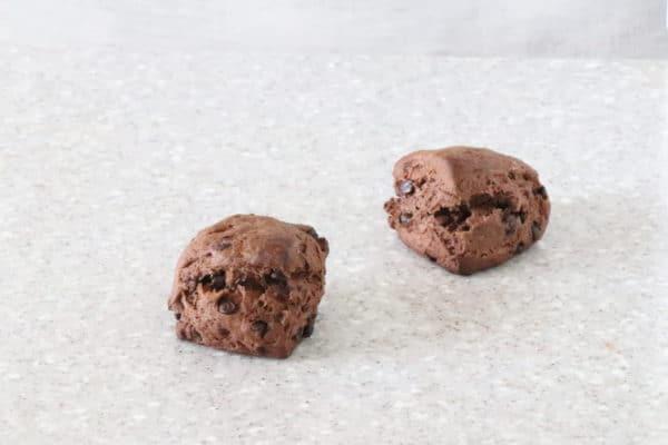 ざくざくのスコーンです。ヴァローンのカカオとチョコチップ入りです。