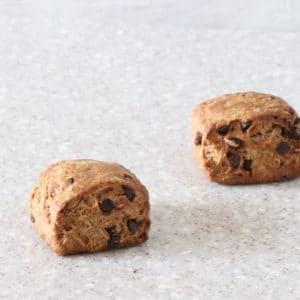 ほろにが珈琲生地にチョコチップ入りスコーン。