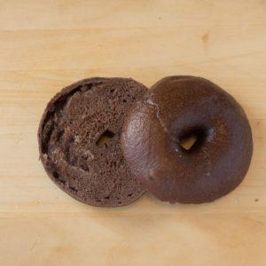 フランス産ヴァローナのカカオ入りの本格的な生地の中に、とろーりとチョコが入っています。