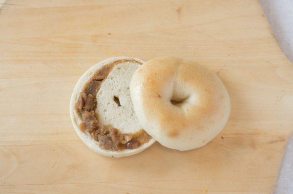 自家製ピーナッツバターを巻き込みました。ピーナッツバターはペースト状のものとかたまりがあるものの両方を入れてます。