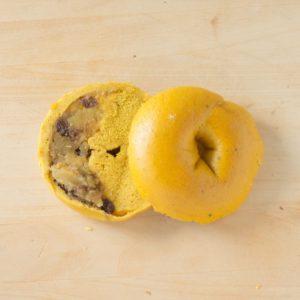 北海道産くりかぼちゃをつぶして練りこんだ生地は、しっとり滑らか。中には自家製のさつまいも甘露煮が入っています。食感のアクセントにレーズンも少し入れました。