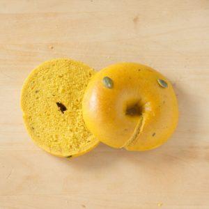 北海道産くりかぼちゃ入りの生地はしっとり、口どけ良いです。ベーグルの中ではお子さまや年配の方に人気です。