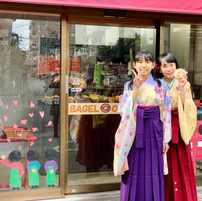 卒業式あとにお絵描きの通りの袴すがたで来てくれました!