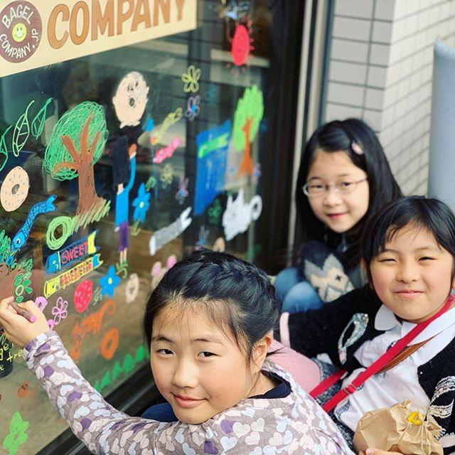4月のウィンドーお絵描きは小学3年生の6人組です。こいのぼりとベーグルの絵を描いてくれました。