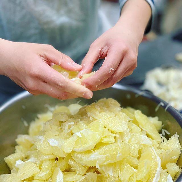 文旦の皮をピールにし、果肉、砂糖と一緒に似たものをクリームチーズと合わせて巻き込みました。