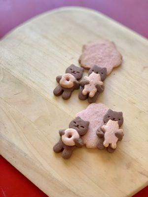 ベーグルを抱っこしている熊のクッキー。差し入れです。