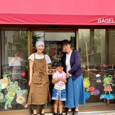 6月のウィンドーお絵かきはカエルとピーチパイン。