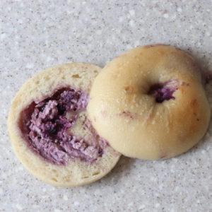 ブルーベリーが濃いブルーベリーとクリームチーズベーグル