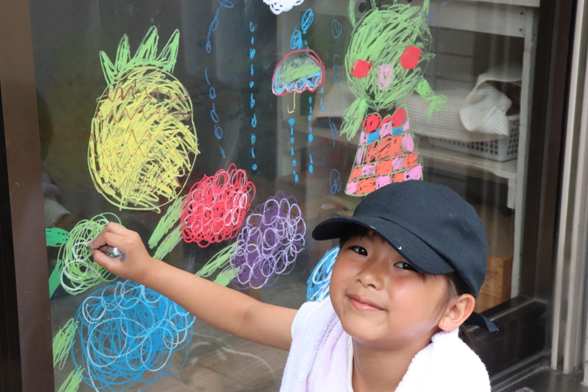 6月のウィンドーお絵かきは、可愛いお子様がカエルとアジサイを描いてくれました。