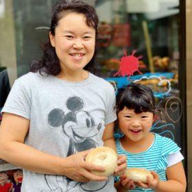 松屋梨園の香山さん、あんずを作っています。